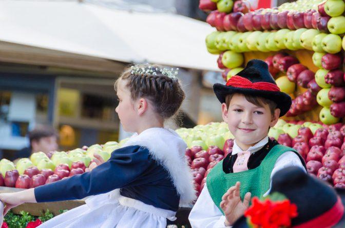 Kleine Teilnehmer der Parade Traubenfest Meran