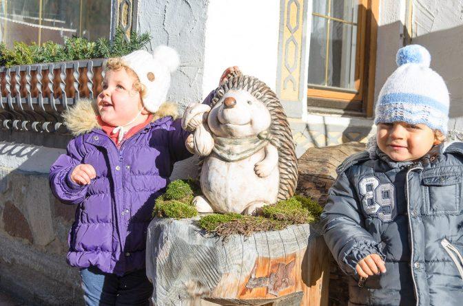 Anna und Hannes mit Igel