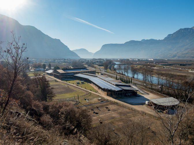 Blick vom Radweg Fleimstalbahn zum Reitstall Alps Coliseum