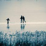 Schlittschuhläufer auf dem gefrorener Kalterer See