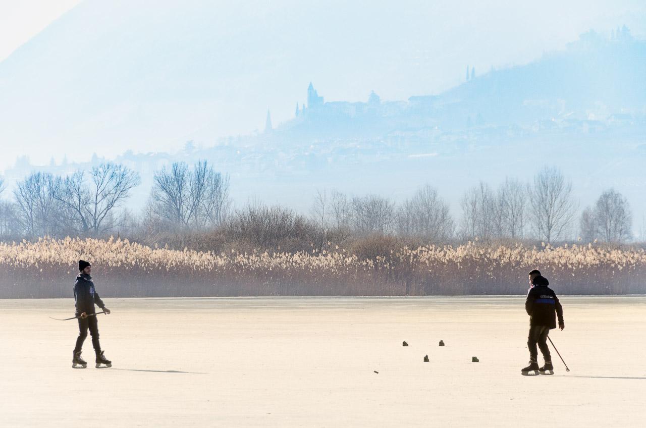 Hockeyspieler auf dem Eis des Kalterer Sees