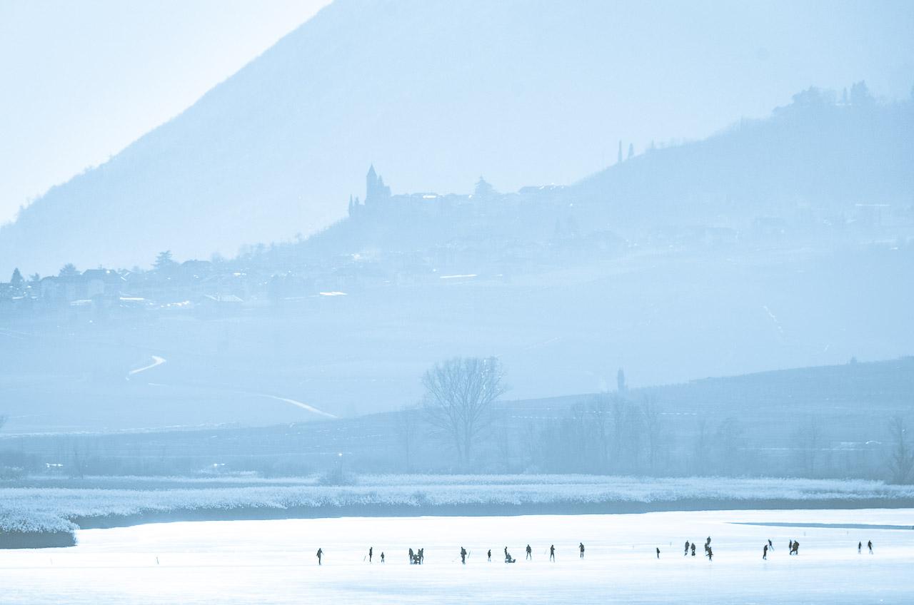 gefrorener Kalterer See mit Blick nach Tramin