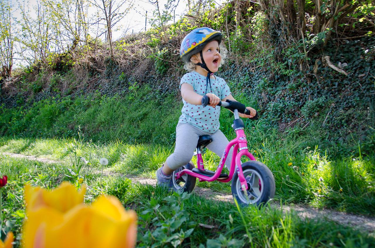 Rad fahren in der Apfelblüte
