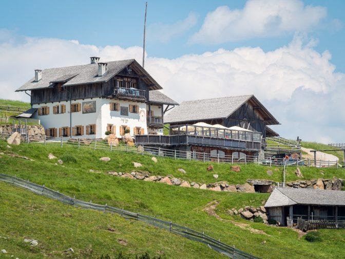 Die Stöfflhütte auf 2.057 m ü. d. M. mit ihrer aussichtsreichen Panoramaterrasseer Alm