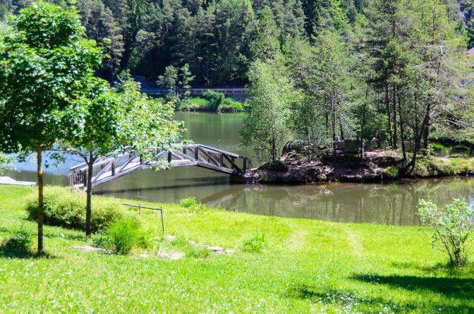 Insel mit Brücke auf dem Wolfsgruber See