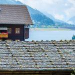 Blick übers Schindeldach zum Zoggler Stausee im Ultental