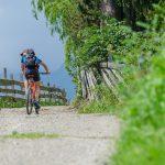 Mountainbiker am Ultner Höfeweg St. Nikolaus - Kuppelwies