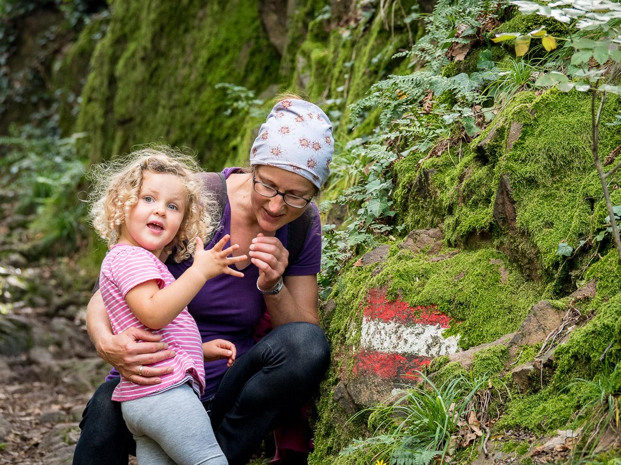 Anna und Anni bei einer Wegmarkierung