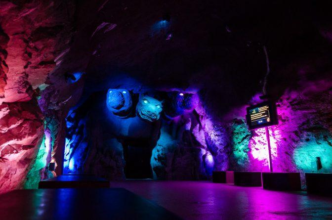 Der Eingang zur Unterwelt wird vom Zerberus bewachtGärten von Schloss Trauttmansdorff