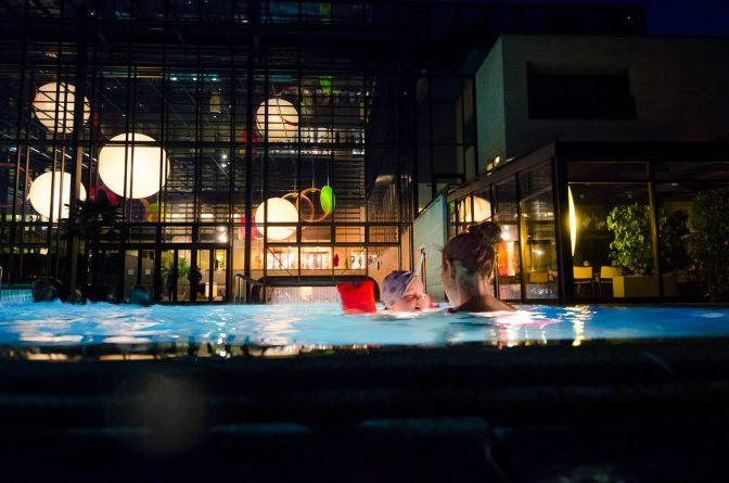 Blick hinein zur Schwimmbadschleuse aus der man von Innen nach Außen schwimmen kann