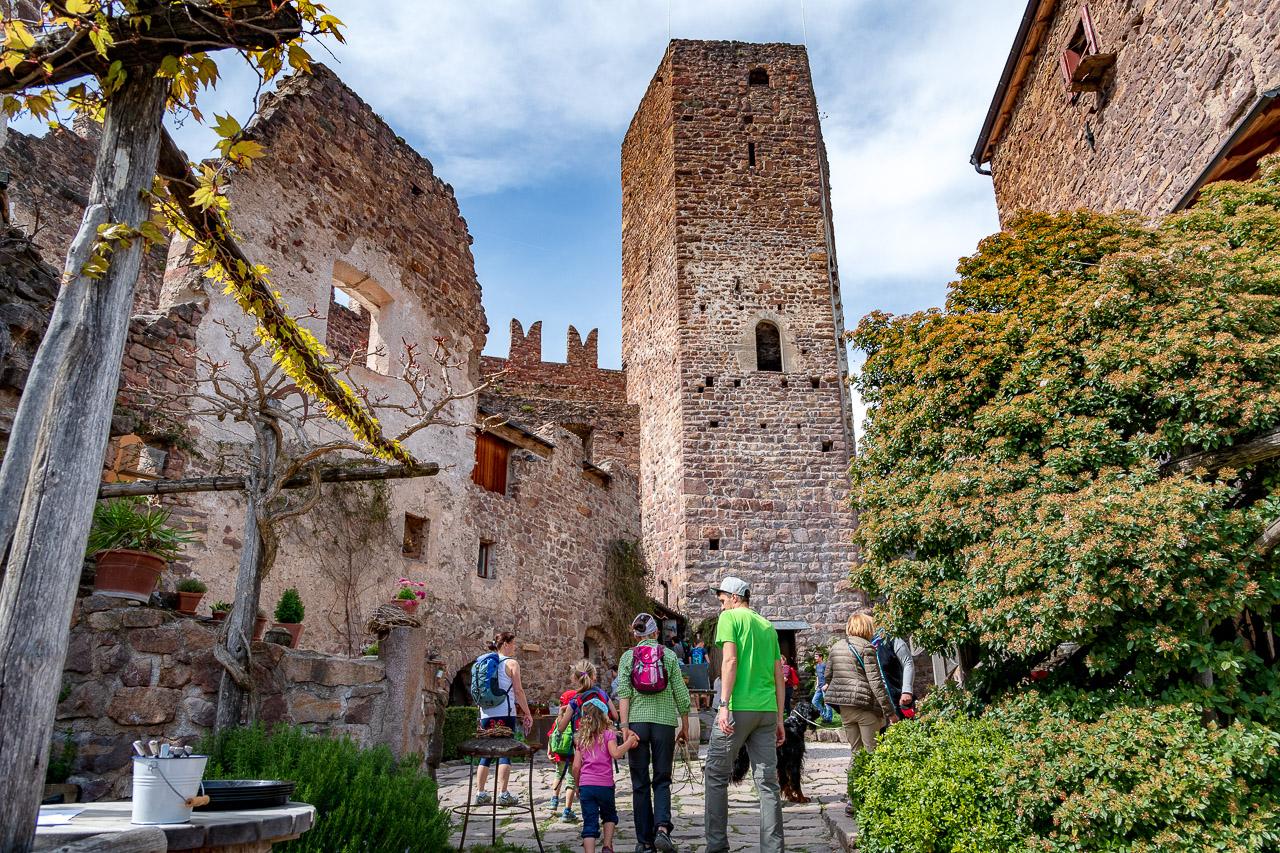 Im Innenhof der Burg Hocheppan