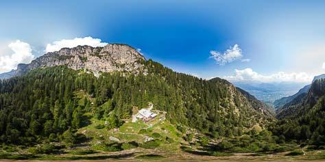 Blick von oben auf die Überetscher Hütte und in die Felswand des Roen