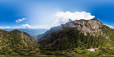 Unterm Roen, dem höchsten Gipfel des Mendelkamms. Unten die Überetscher Hütte, über den Paterkopf reicht der Blick bis nach Bozen. Unten im Tal Tramin.