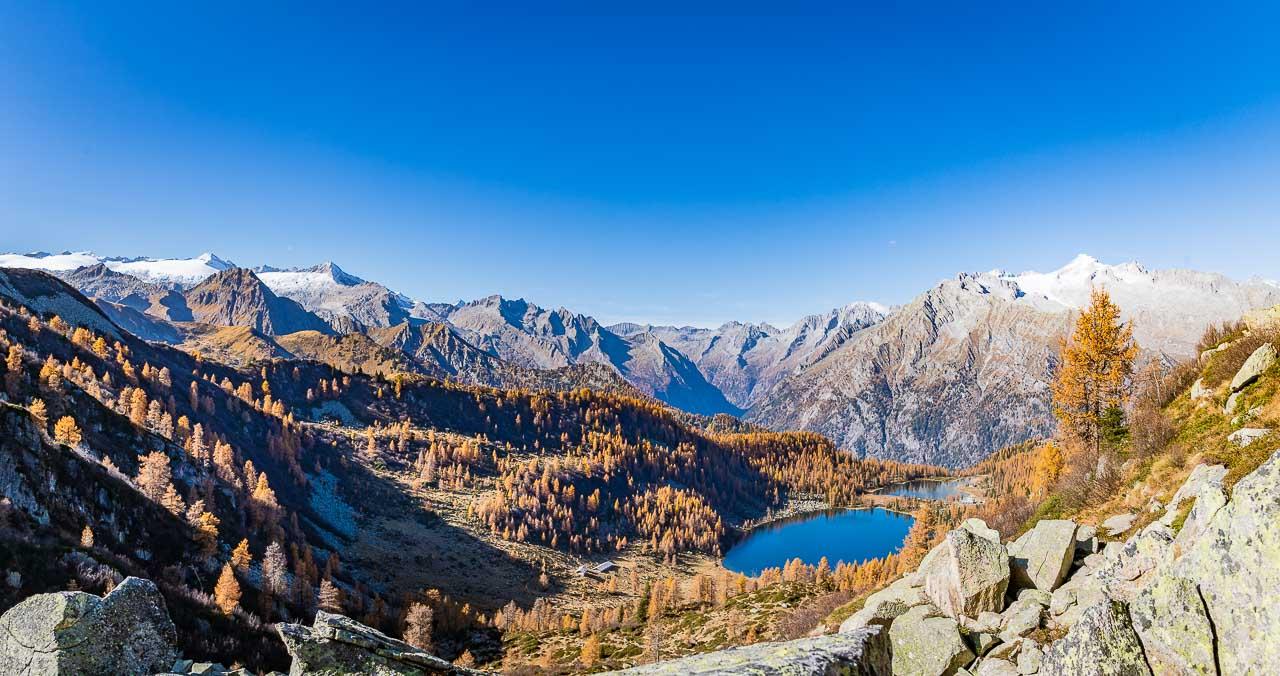 Blick von der Bocchetta dell'Acqua Fredda auf die Gipfel zwischen Carè Alto und Cima Presanella, im Tal auf die Alm Malga Garzonè und die beiden Seen Lago di Garzonè und Lago di San Guliano