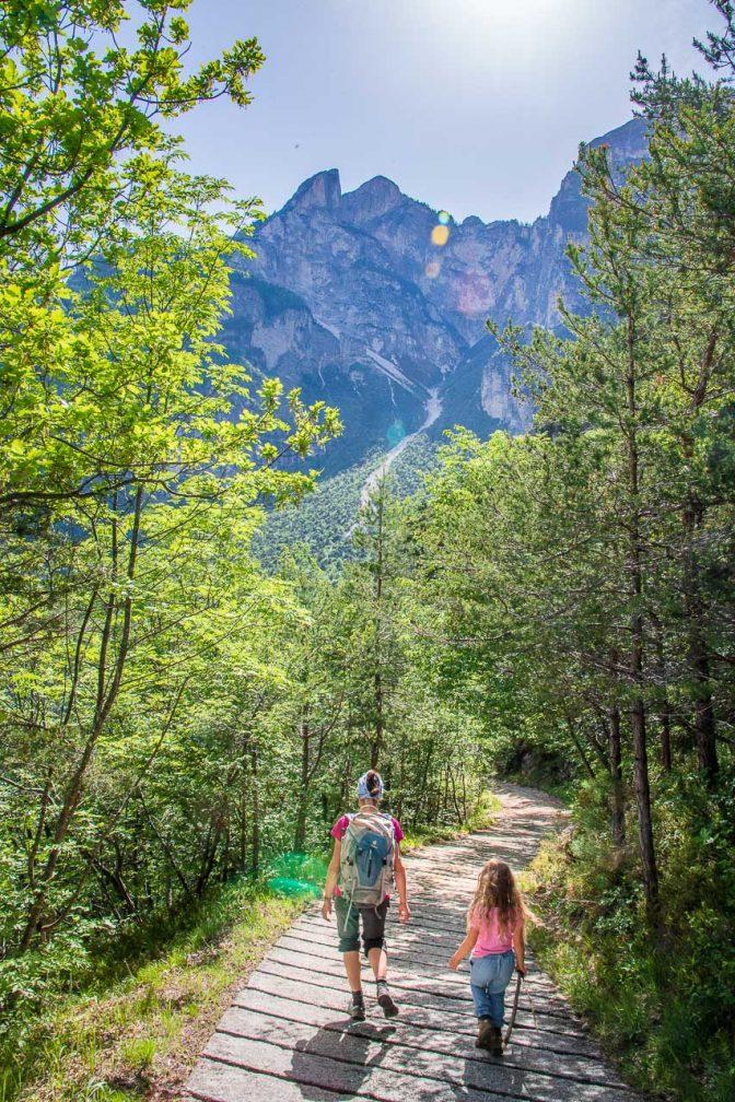 Steil führt uns ein betonierter Weg unter der Wiggerspitze ins Höllental hinunter