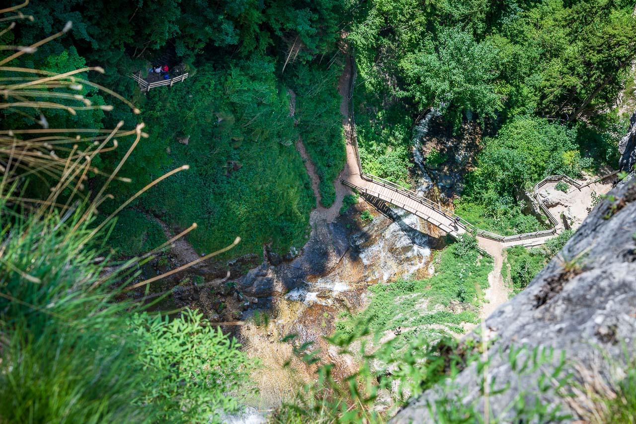 Blick in die Tiefe auf eine Holzbrücke von der man den Felixer Wasserfall gut sehen kann. Da müssen wir noch hinunter.