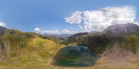 Lago di Moregna und Alm Moregna. In der Ferne die Dolomiten mit dem Latemar und der Rosengartengruppe