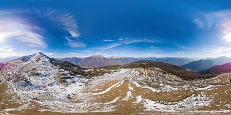 Herrlicher Rundumblick v. l. n. r.: . hinter uns das Naturnser Hochjoch, dann der Vinschgau, im Vordergrund die Naturnser Alm, darunter im Tal Naturns, dahinter der Eingang ins Schnalstal, rechts daneben die Texelgruppe, weiter rechts die Sarntaler Alpen, dann die herrlichen Dolomiten, darunter weiter im Vordergrund das Etschtal, weiter nach rechts der steil abfallende Gantkofel, dann der Laugen und die Ulterner Bergwelt.